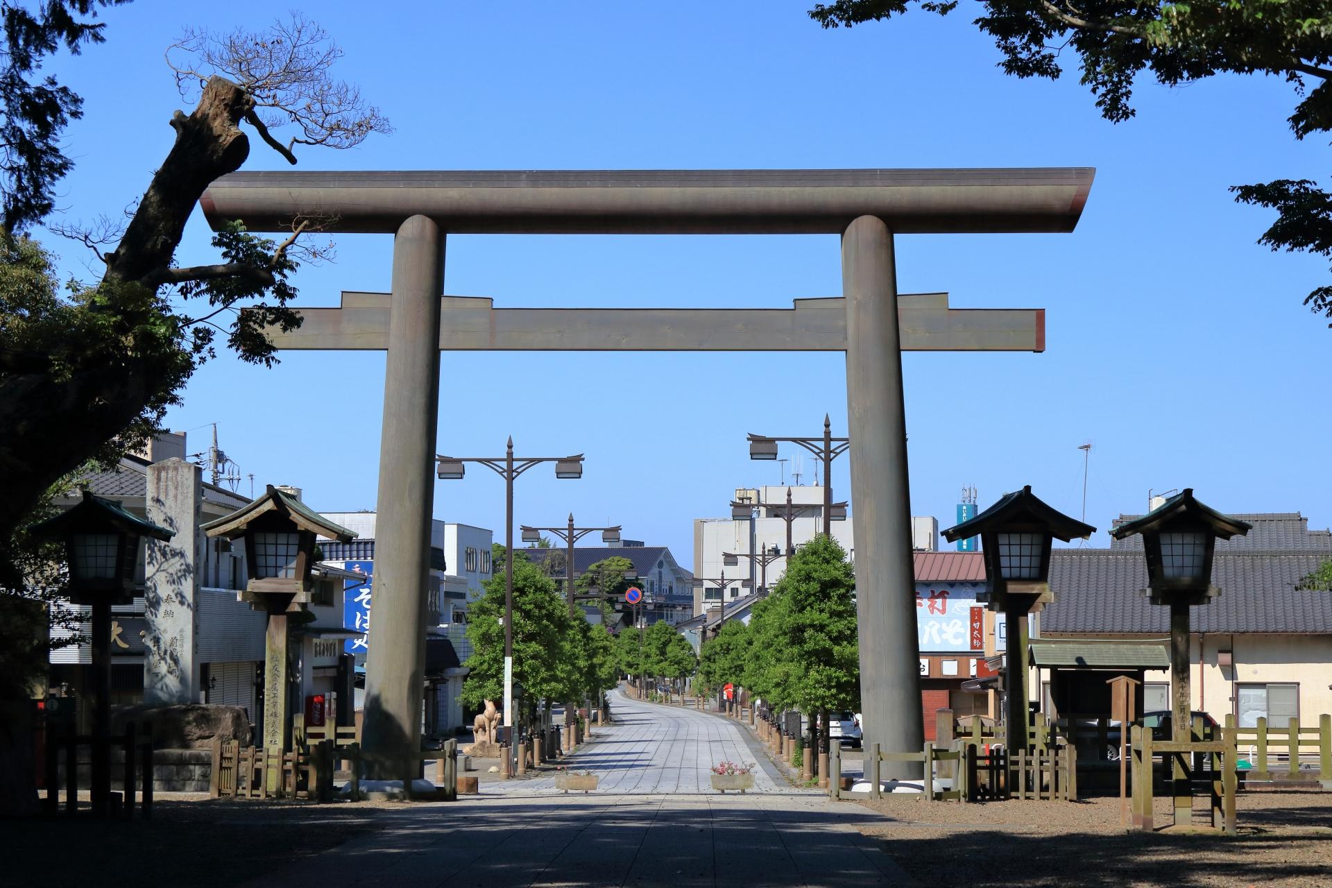 鹿島神宮の大鳥居と参道