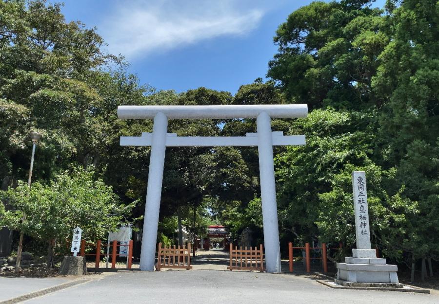 息栖神社の二の鳥居から参道を見る
