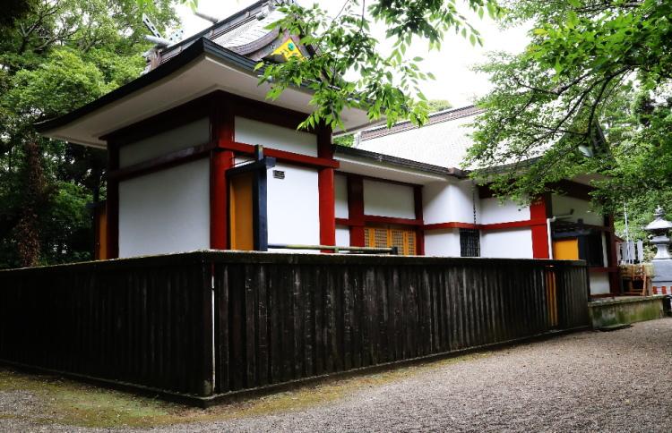 裏側から見た権現造の拝殿と本殿