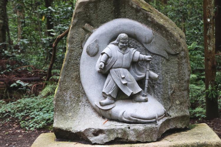 鹿島の神様がナマズの頭を押さえている石像
