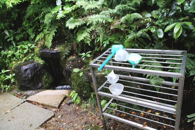 湧水を汲むための柄杓やじょうご
