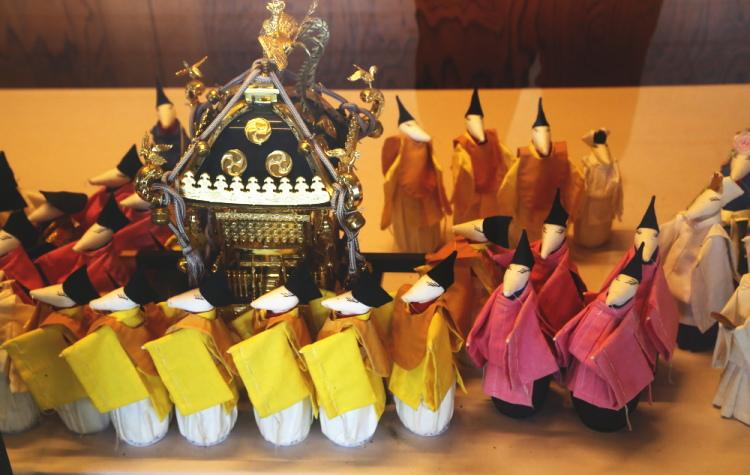 大杉祭で神輿を担ぐネズミ