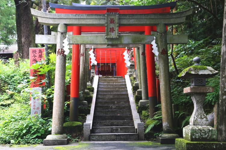 駐車場側から稲荷神社に向かう鳥居