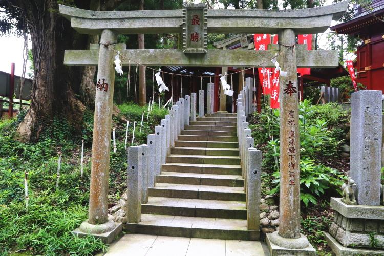 駐車場から勝馬神社に向かう鳥居