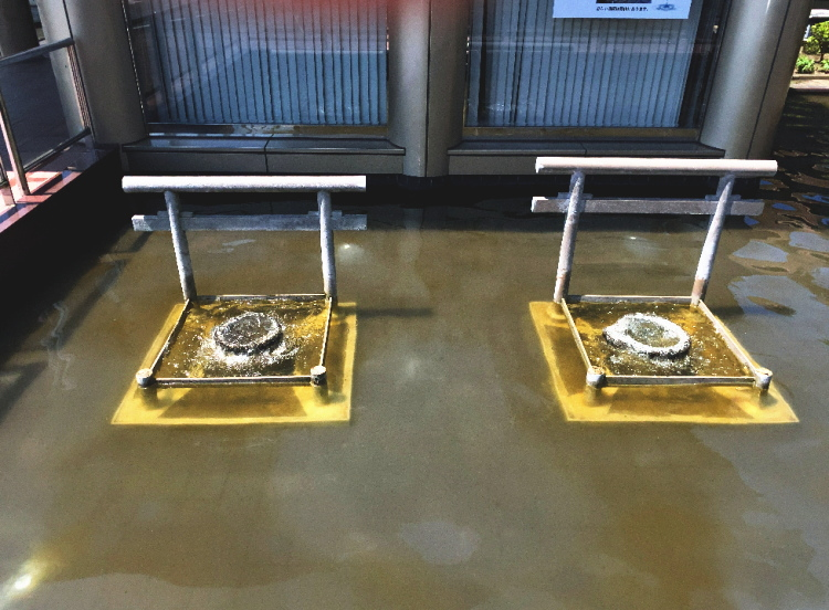 神栖市歴史民俗資料館の入口となりにある忍潮井の模型