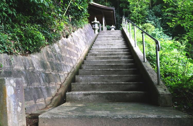 塚原卜伝の墓に向かう階段