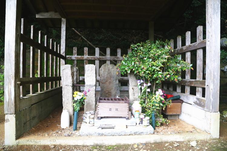 塚原卜伝の墓の正面
