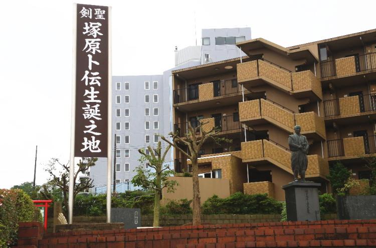 塚原卜伝生誕の地と書かれた駅前の看板