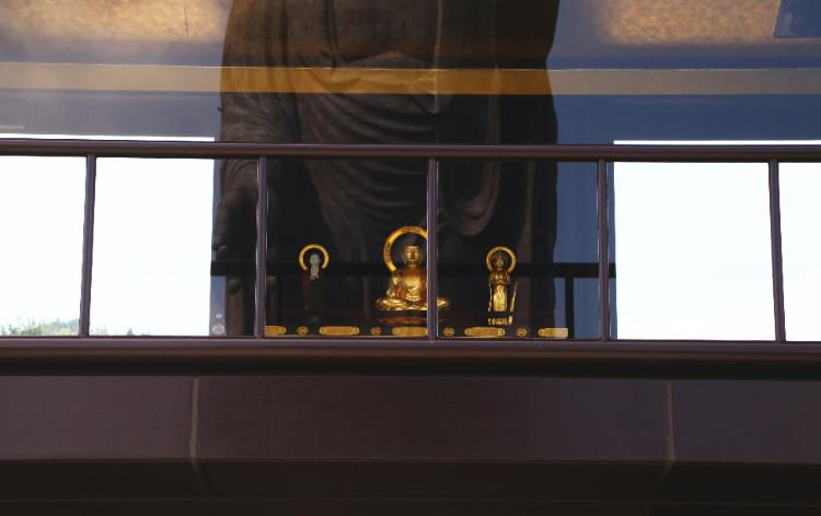 發遣門の上部にある釈迦三尊像