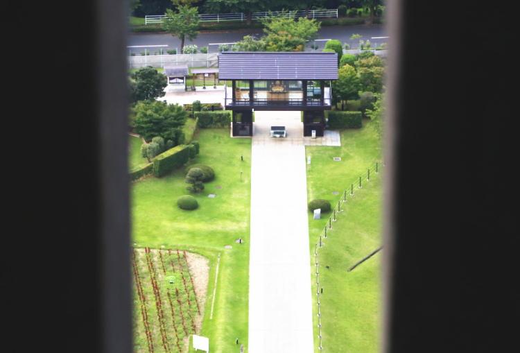 牛久大仏の展望台から見た發遣門と参道
