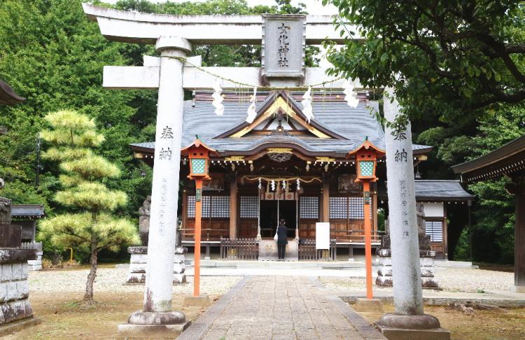 女化神社の最後の鳥居と奥に見える社殿