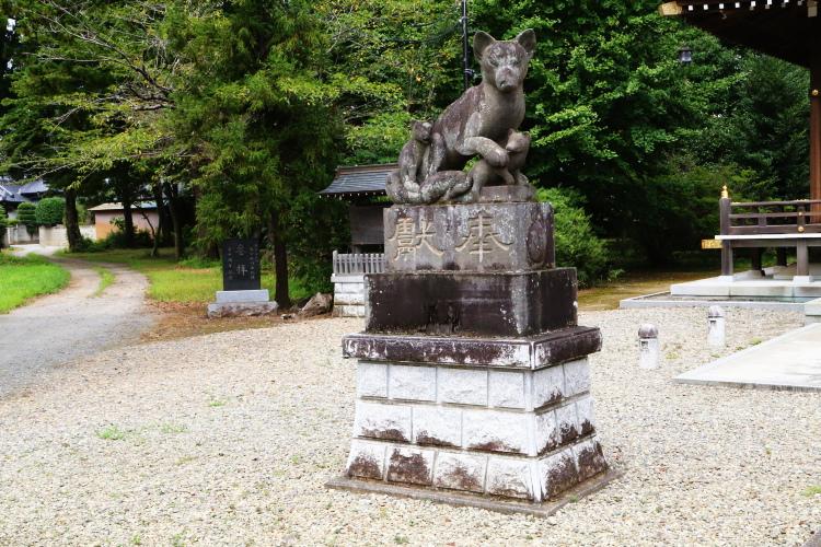 左側の親子ギツネの石像