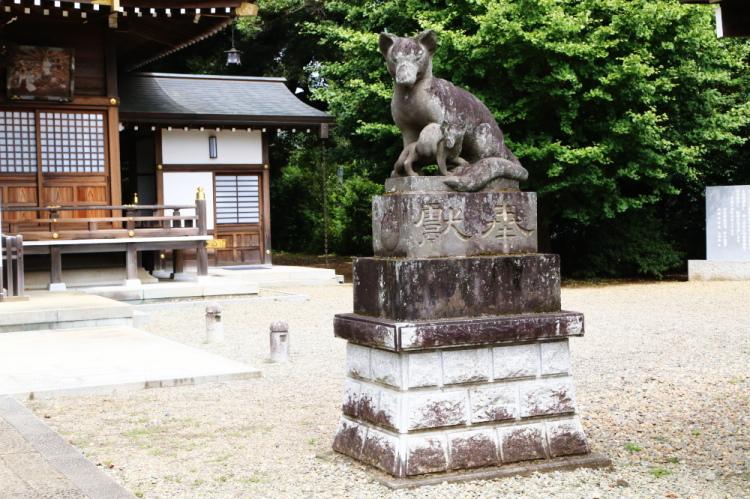 右側の親子ギツネの石像