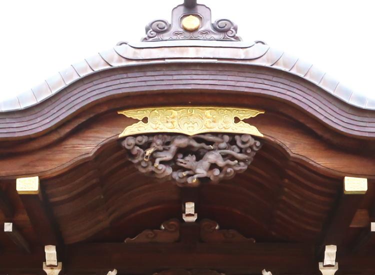 拝殿の軒先のところにあるキツネの彫り物