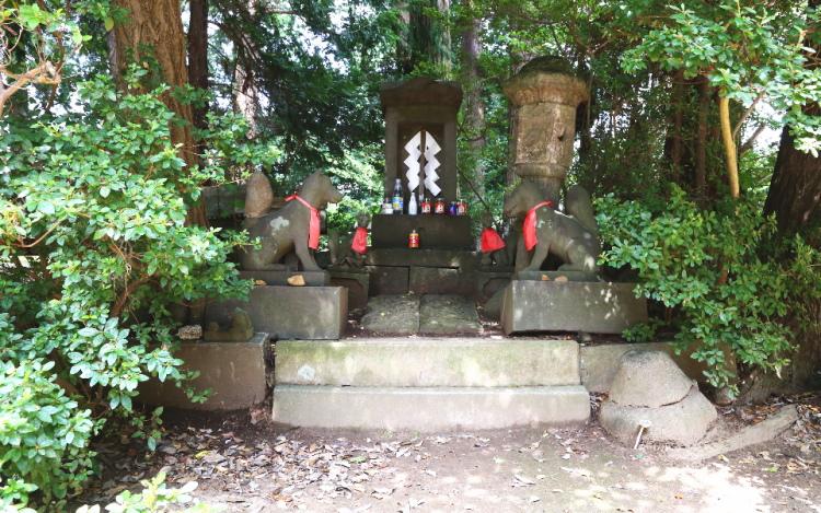 女化神社の本殿の真裏にあるお稲荷さんの祠