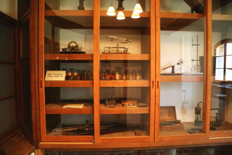 「メトル・ドゥ・シェ」の部屋にある実験器具の棚