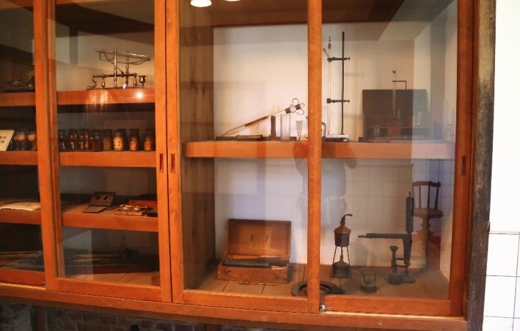 棚の中にある実験器具