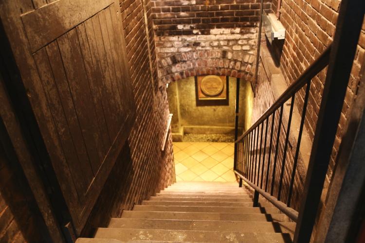 地下の貯蔵庫に降りて行く階段