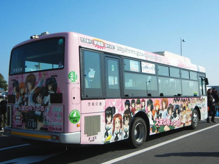 ガルパンのキャラクターでラッピングされた茨城交通のバス
