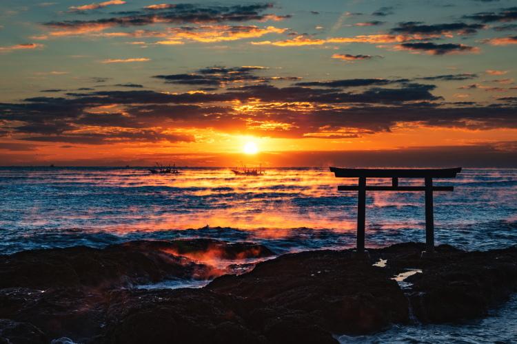 磯の鳥居と日の出