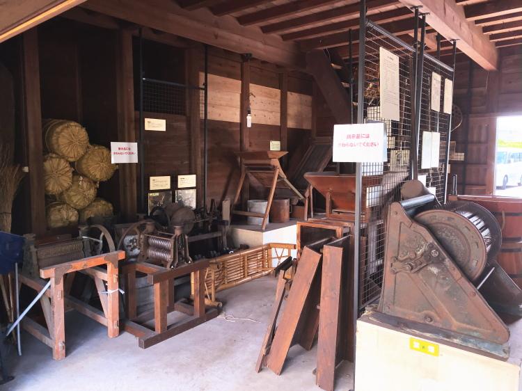 昔の脱穀機などの農具
