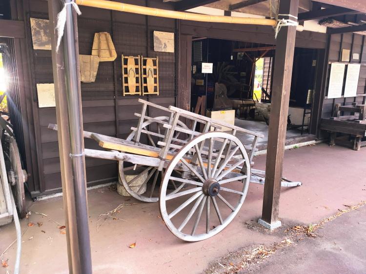 納屋の屋外に展示されている荷車