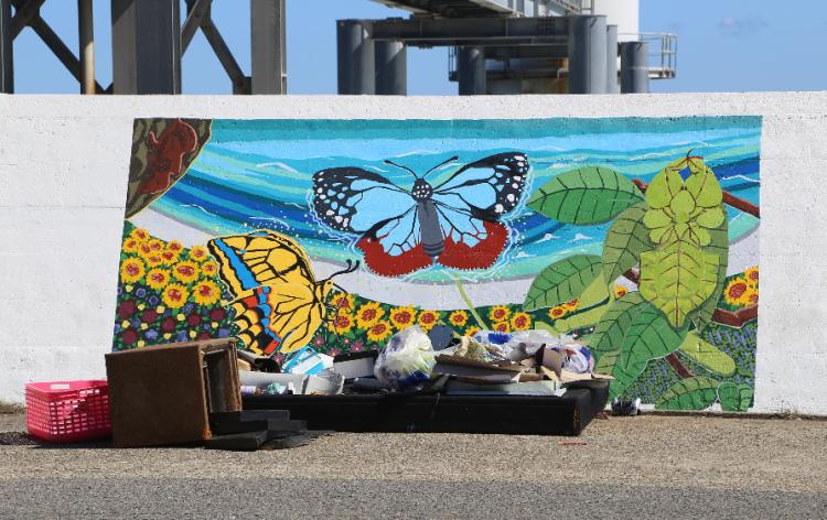 1000人画廊の前に捨てられたゴミ