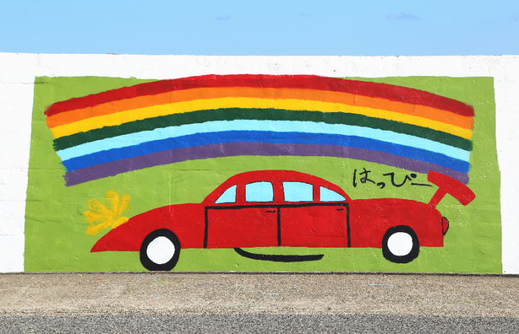 スポーツカーの上にかかった虹