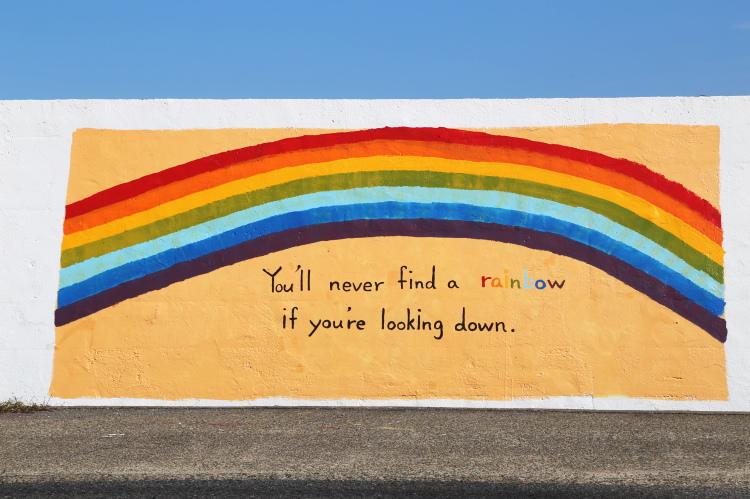 虹とメッセージが描かれた1000人画廊の作品