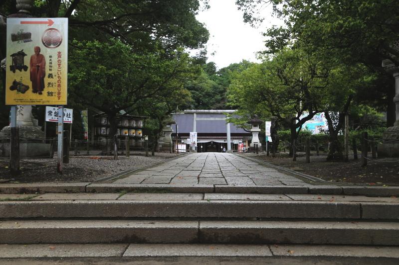 石段を登り切った先に見える常盤神社の社殿