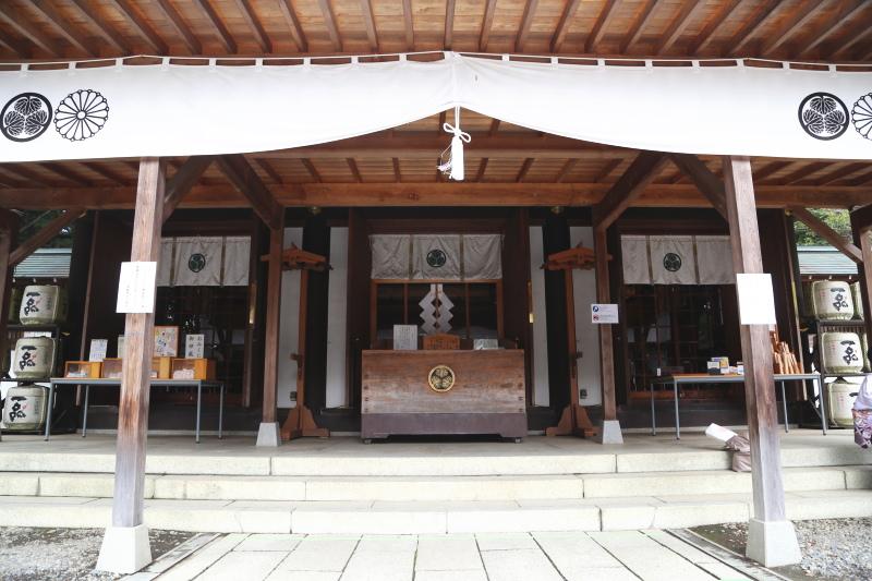 三つ葉葵の家紋が見える常盤神社の拝殿