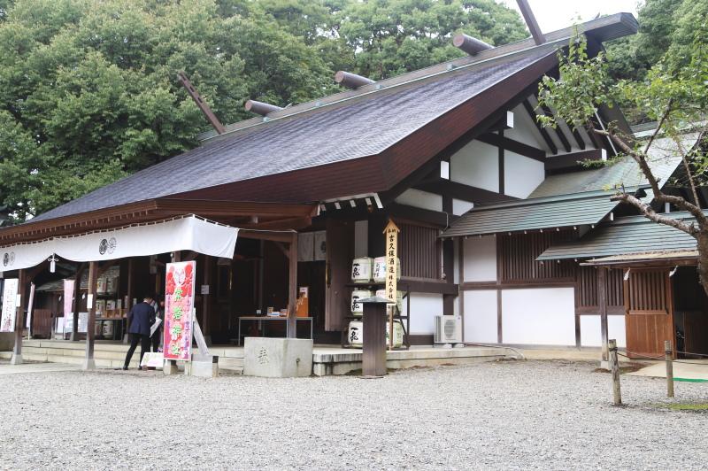 切妻屋根の明神造りになっている社殿