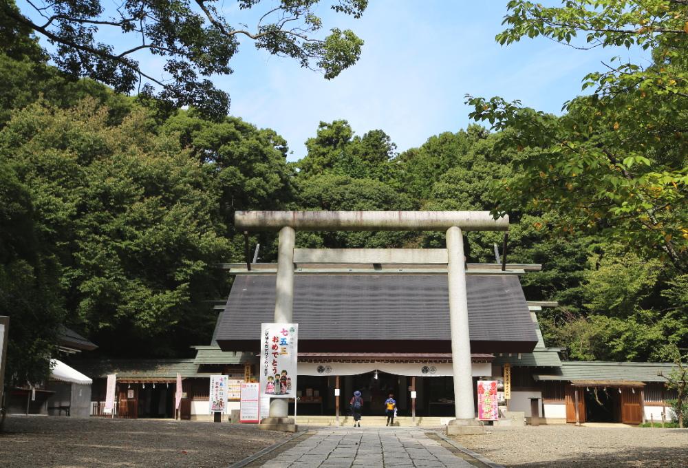 常盤神社の二の鳥居と社殿
