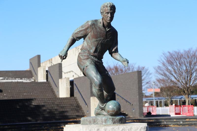 ドリブルをするジーコの銅像