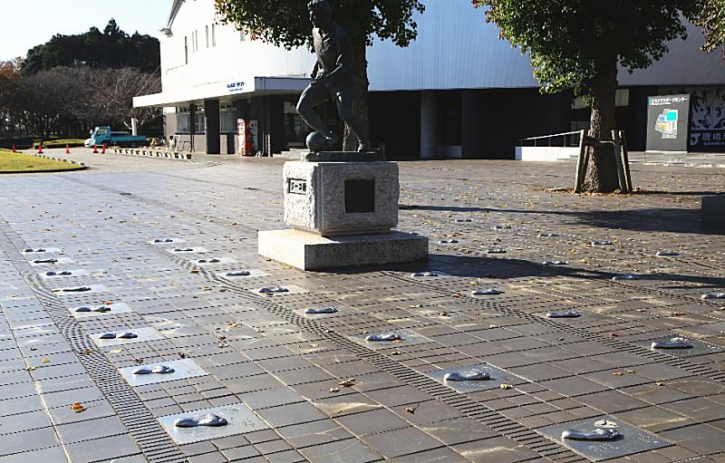 ジーコ像の周りにあるアントラーズ選手の足形