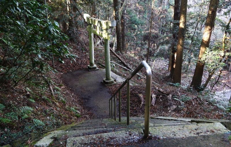 さらに降りて行く参道の階段