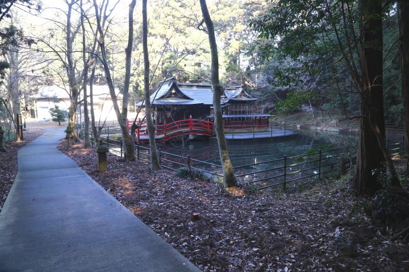姿をあらわした厳島神社の本殿