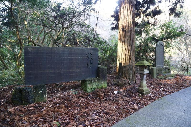 手水舎の先にある大きな石碑