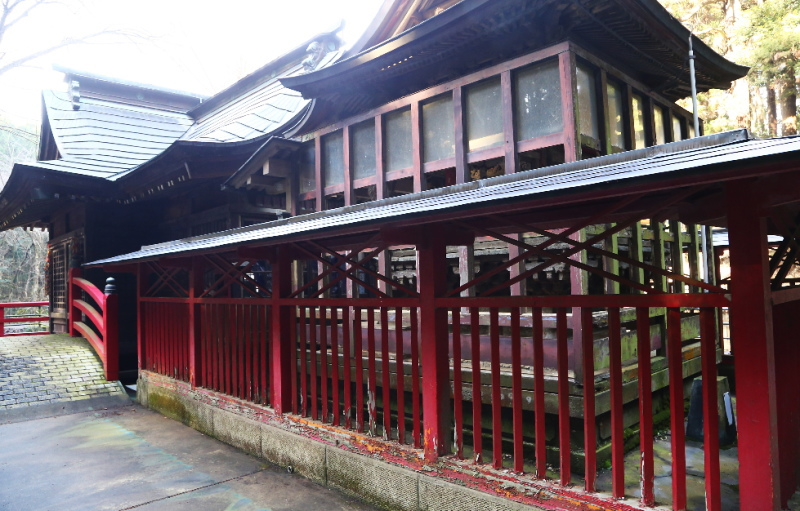 裏から見た厳島神社の本殿