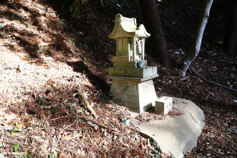 厳島神社の北側にある小さな祠