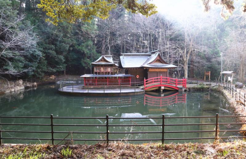 北側から見た鉾田市・厳島神社の水に浮かぶ社殿