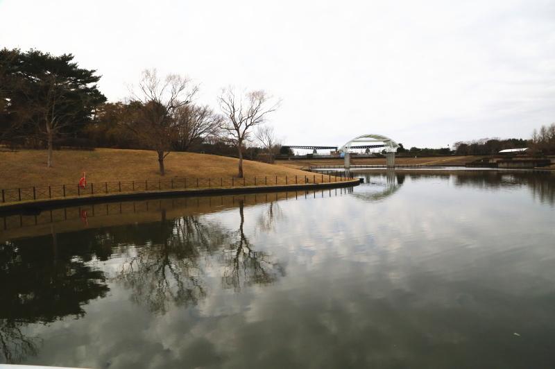 西池に掛けられた橋からの眺め