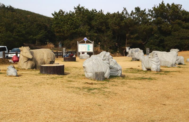 鹿島灘海浜公園の石でできた牛や羊