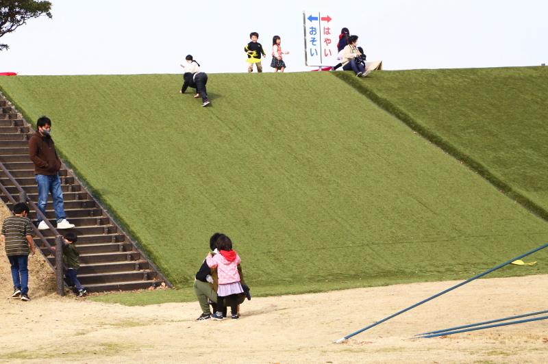 人口すべり台で遊ぶ子供たち